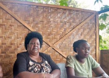 Nnyina w'omugenzi Cerina Nebanda Namulwa Mukasa ku kkono nga ayogerako eri bannamawulire