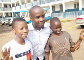 Omukulu we ssomero lya Global Junior e Mukono Kato Sentongo Anthony nga asanyukirako abayizi Muyeti Joel eyafunye 4 ne Kisubi Palvinpike naye 4.