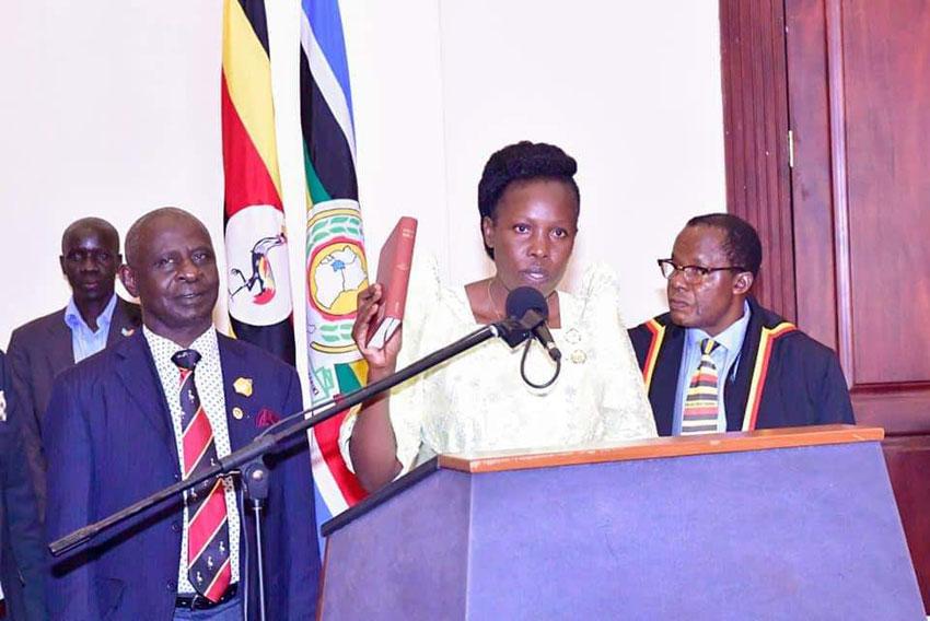 Minisita we by'amawulire omuggya Judith Nabakooba wakati nga alayira mu maka g'obwa Pulezidenti Entebbe