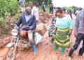 Omubaka Robinah Sentonga nga alambuzibwa abatuuze abakozesa oluguudo lwe Kasensero embeera gye lulimu