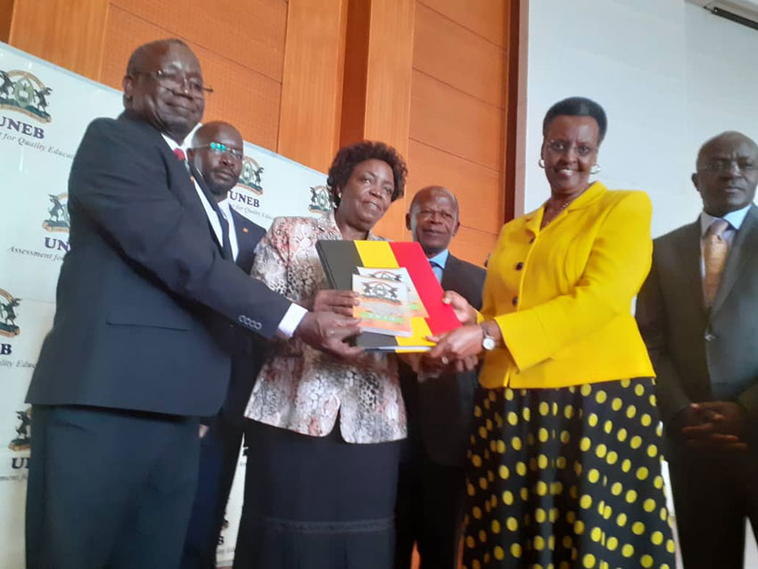 Minisita we byenjigiriza Janet Kataha Museveni ow'okubiri ku ddyo nga akwasibwa abyavudde mu bigezo bya S.6