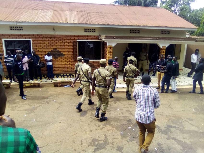 Poliisi nga ezinzeeko ekitebe kya DP ekisangibwa ku luguudo Balintuma okusobola okukkakkanya abawagizi ba DP