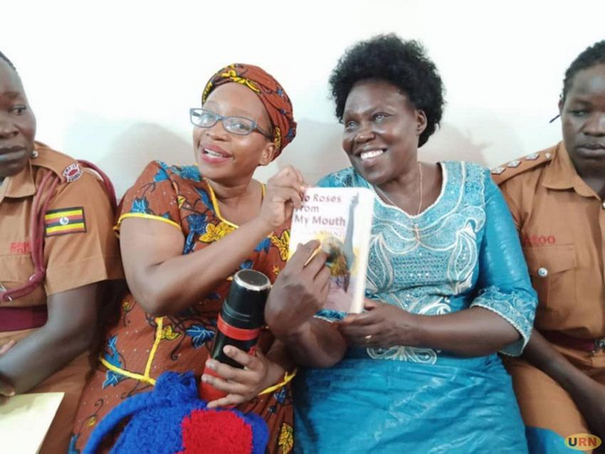 Stella Nyanzi wakati nga ajaganya n'akulira oludda oluvuganya mu Palimenti Betty Aol Ochan