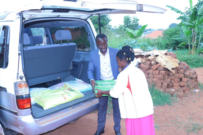 Kabenge donating a house necessities to the family of Ssebadduka