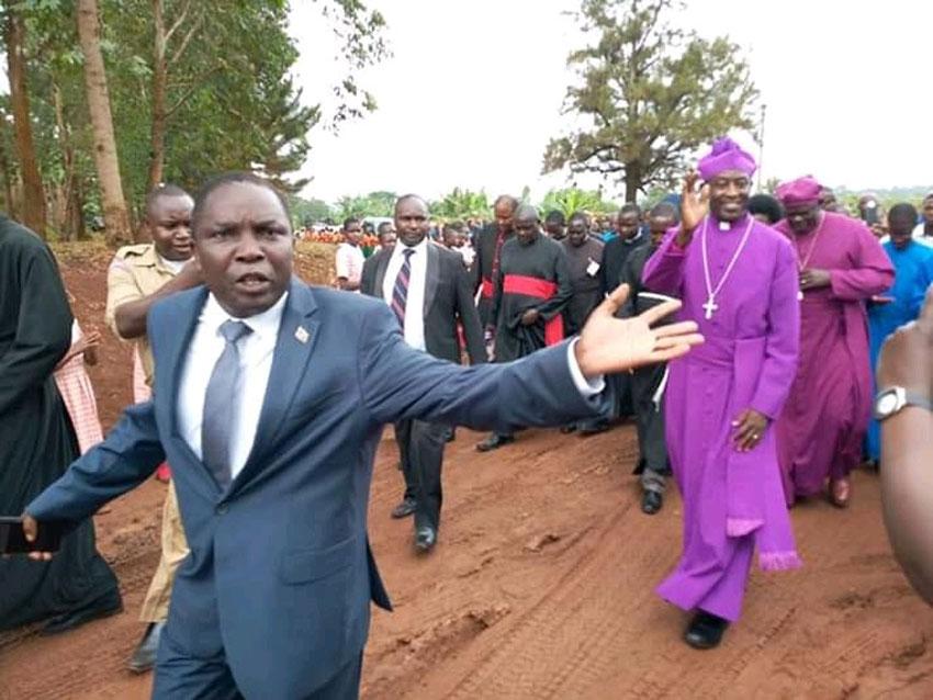 Ssentebe wa Disitulikiti ye Buikwe Mathias Kigongo nga ayaniriza Ssabalabirizi Kazimba Mugalu
