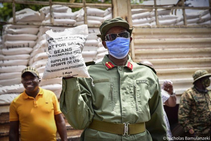 Minisita we by'okwerinda Gen. Elly Tumwine bwe yali akulembeddemu okutongoza okugaba emmere gye buvuddeko