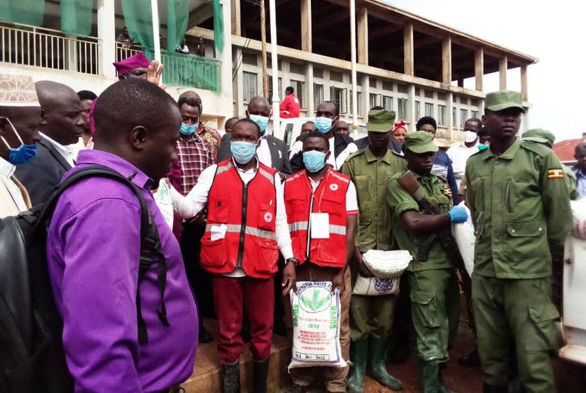 Abe kitongole kya Red Cross n'abaselikale ba LDU  nga balaga emmere egenda okugabwa