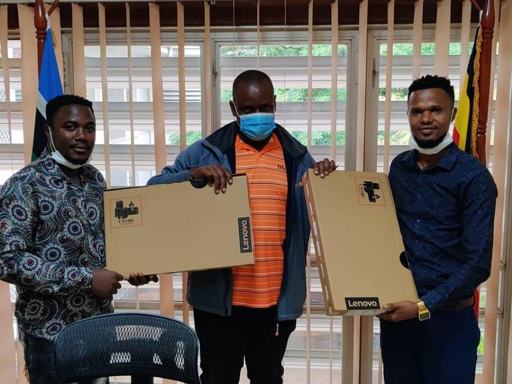 Balam Balugahare wakati nga akawasa Asburg Kato saako ne munne Ray Super Star compyuta Laptop ezigenda okukozesebwa okulumba abavuganyaMuseveni