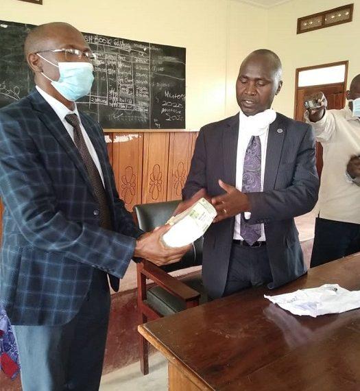 Omubaka Theodral Sekikubo nga akwasa akulira abakozi e Sembabule ensimbi obukadde 20