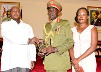 General Kasirye Ggwanga wakati nga akwasibwa engule Pulezidenti Yoweri Kaguta Museveni