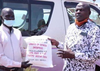 Omusumba Samuel Lwandasa ng'akwasa omusumba Tom Ogeya owe Buvuma akawuga.