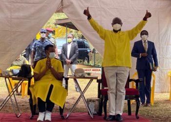 Pulezidenti Yoweri Kaguta Museveni ne Maama Janet oluvanyuama lw'okuwandiikibwa e Kyadondo