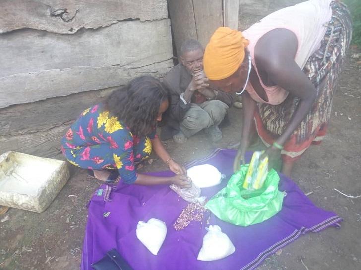 Nakimuli ku kkono nabamu ku bakadde abaafunye eby'okulya mu gombolola ye Kyamuswa