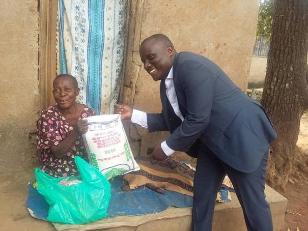 Abbas Ssozi nga akwasa omu ku bakadde ebyokulya ku kyalo Nsube e Mukono