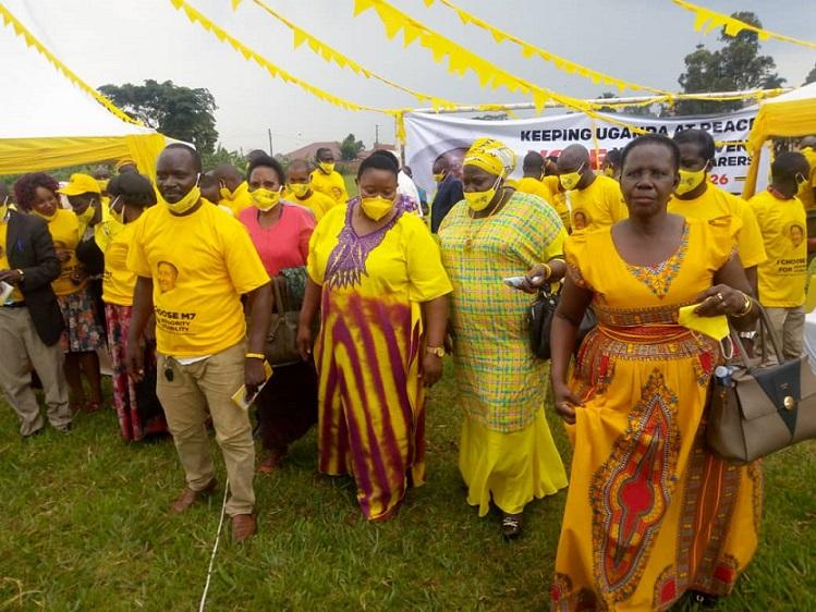 Mukyala Milly Babalanda ow'okubiri ku ddyo, wamu n'abamu ku bakunzi be Kibiina kya NRM mu Greater Mukono