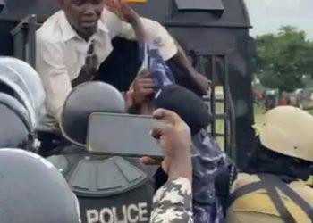 Munnamawulire Sam Balikoowa owa City FM e Jinja nga awalabanyizibwa Poliisi