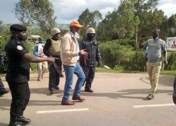 Aba Poliisi be Rwampara nga abalemesa Gen. Henry Tumukunde okugenda okusisinkana abantu mu kisaawe