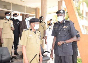 Maj Gen Paul Lokech SsabaPoliisi we Ggwanga Okoth Ochola ku mande