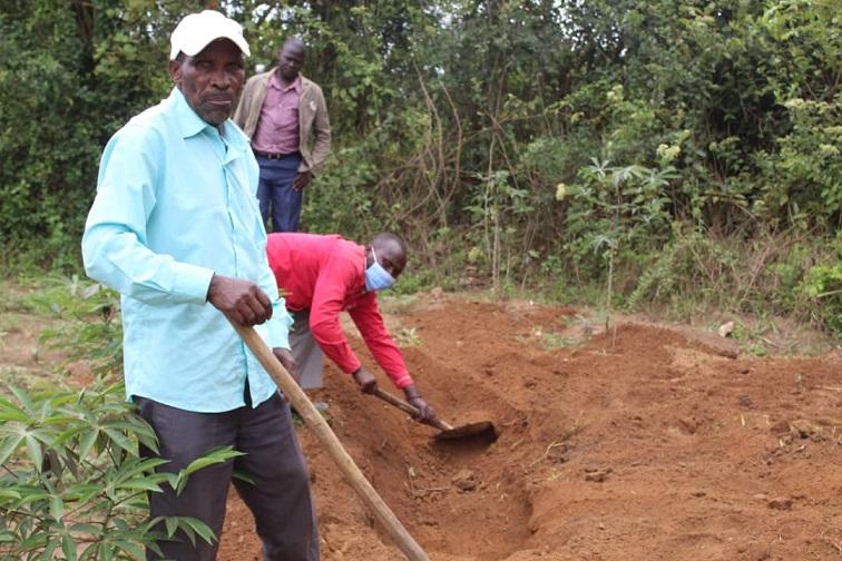 Abatuuze nga baziikula omulambo gwa Sezibwa