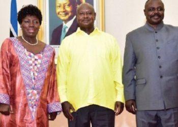 Omukulembeze we Ggwanga Yoweri Kaguta Museveni wakati nga ali ne Rebecca Kadaga ku kkono ne Jacob Oulanya ku Ddyo