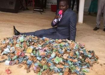 Omusumba Bugingo nga atudde mu kiwebwayo gye buvuddeko