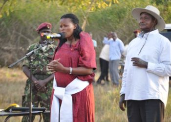 Pulezidenti Museveni ku ddyo ne Minisita Aidah Nantaba ku muzindaalo mu lumu ku lukungaana lw'abantu abaali bagobwa ku ttaka e Kayunga