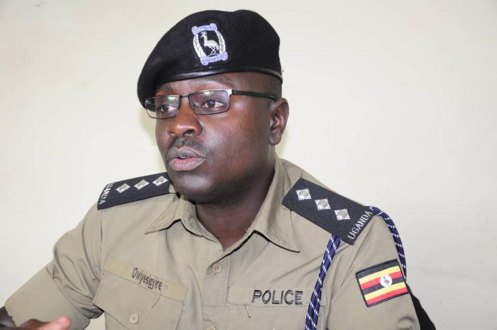 Luke Oweyesigyire amyuka omwogezi wa Poliisi mu Kampala ne miriraano