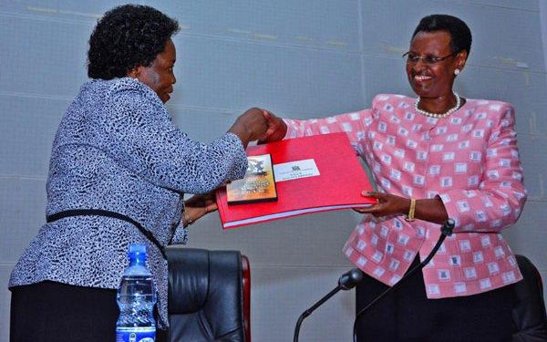 Minisita we Byenjigiria Janet Kataha Museven ku ddyo nga akwasibwa ebyava mu bigezo bya S.4 mu mwaka gwa 2019
