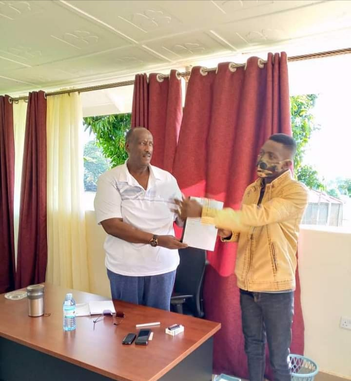 Jose Chameleon bwe yali akwasa Gen Saleh ekiwandiiko gye buvuddeko