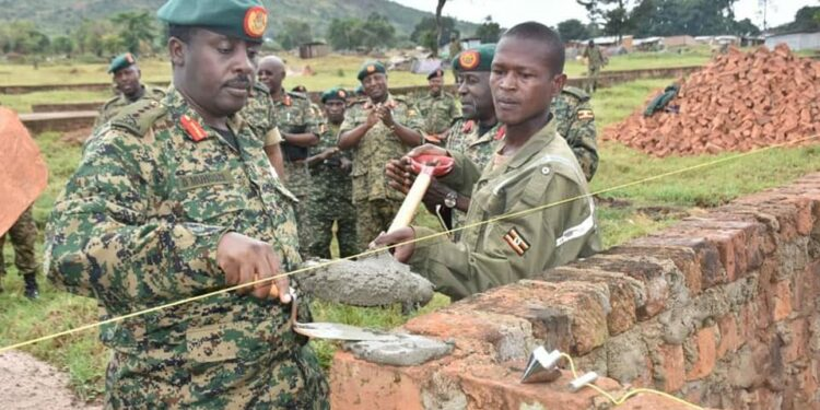 Eyali omuduumizi wa Mggye ga UPDF Gen. David Muhoozi bwe yali atongoza omulimu gw'okuzimba eddwaliro